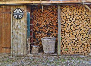 Una casetta per attrezzi in legno da mettere in giardino
